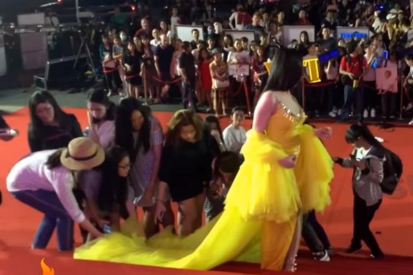 Đám đông thậm chí còn xách váy cho Thư Dung.