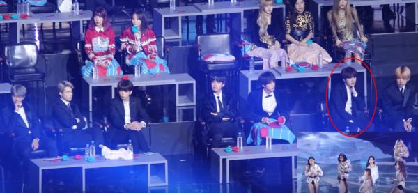 Khi xem sân khấu SOLO của Jennie tại GDA 2019, ngoại trừ 3 thành viên Black Pink cổ vũ cực sung, các idol khác hầu như đều có biểu cảm khá... tẻ nhạt. Tuy nhiên, biểu cảm của Suga là đáng chú ý nhất. Trong suốt phần trình diễn dài gần 4 phút của Jennie, anh chàng chỉ ngồi yên một tư thế, chống cằm hướng mặt về phíaxa xăm vô định. Không rõ là nam rapper này đang chăm chú theo dõi hay đang... ngủ gật, nhưng các fan được dịp cười bò về thánh biểu cảm Suga.