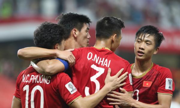 Các cầu thủ Việt Nam vỡ òa trong chiến thắng.
