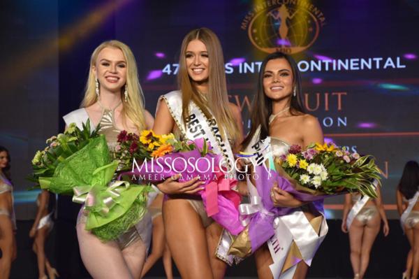 Ba thí sinh chiến thắng giải thưởng phụ, lần lượt từ phải qua: Hoa hậu Philippines, Hoa hậu Paraguay, Hoa hậu Belarus.