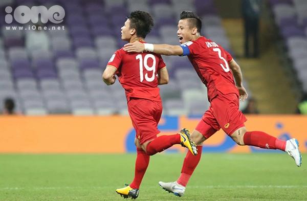 Quang Hải và đồng đội ăn mừng trên sân sau bàn thắng.