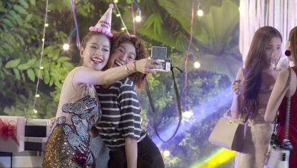Tình bạn thân thiết của hai cô gái Hạ Linh và An Chi được nhắc đến trong tập 1.