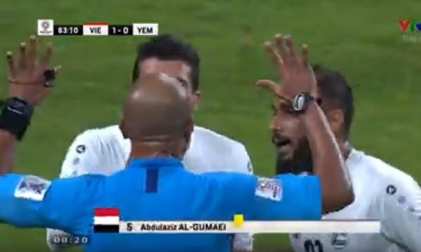 Cầu thủ Yemen vây quanh trọng tài, cãi tay đôi bức xúc về quả đá phạt.