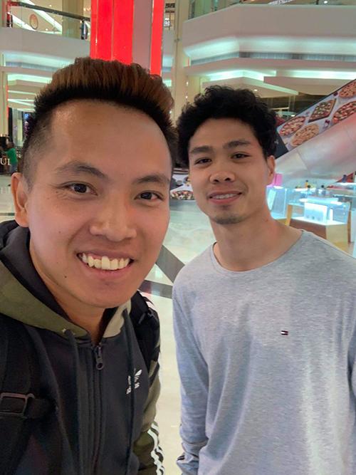 Không đi cùng mọi người, Công Phượng tách đoàn đi mua sắm một mình. Một fan may mắn bắt gặp và được chụp ảnh cùng Công Phượng.