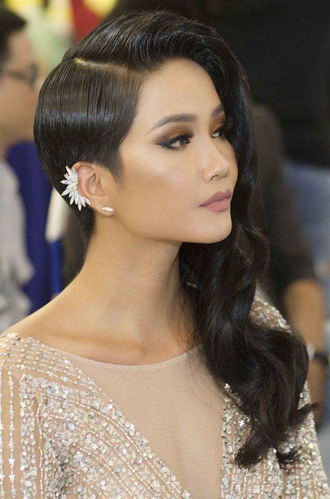<p> Kiểu tóc bất đối xứng khiến phần bên phải khuôn mặt của H'Hen Niê trở nên lạc lõng so với tổng thể nữ tính, gợi cảm.</p>