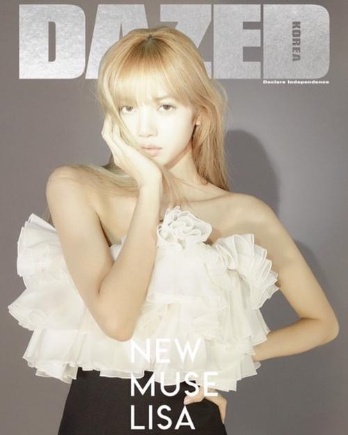 Lisa diện set đồ của Celine, khoe thần thái chuẩn model chuyên nghiệp trên bìa tạp chí.