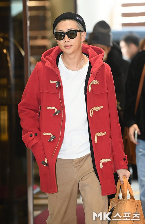 RM nổi bật với set đồ sáng màu, Anh chàng đeo kính đen, che đôi mắt mệt mỏi vì lịch trình dày đặc.