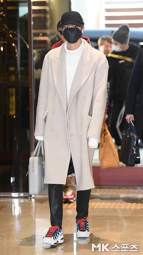 Jin có chiều cao nổi bật. Nam thần tượng xuất hiện trongset đồ ấm áp gồm áo len, áo khoác dạ và giày thể thao.