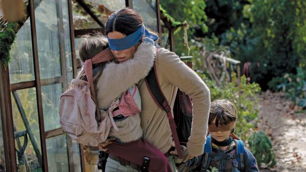 Một cảnh trong phim Bird Box khi tất cả các nhân vật đều phải bịt mắt để được sống còn.