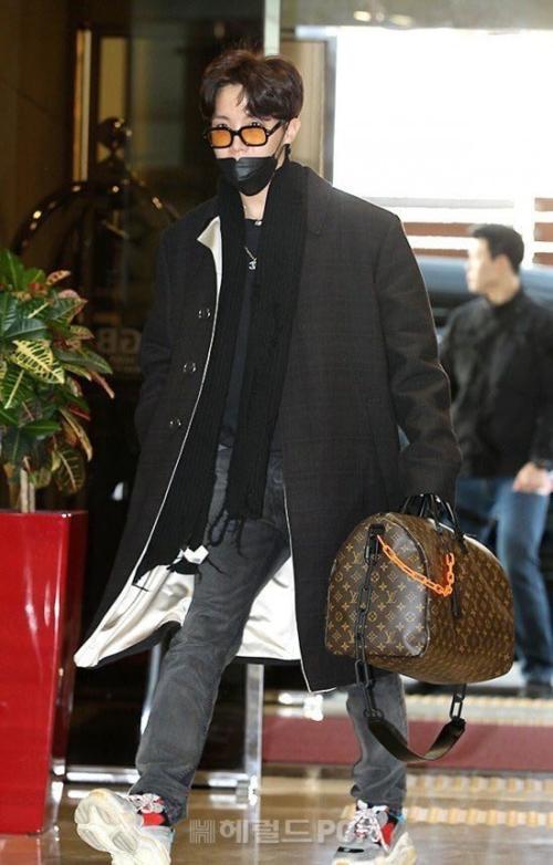 J-Hope có bộ trang phục toàn hàng hiệu, gồm áo Virgil Abloh,giày Balenciaga hầm hố vàtúi Louis Vuitton.