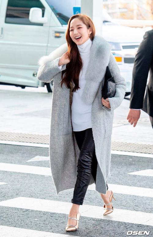 Cô gây chú ý với nhan sắc xinh đẹp và style thanh lịch. Nữ diễn viên diện áo len cổ lọ ấm áp cùng áo khoác dáng dài, phối phụ kiện có gam màu đồng điệu.