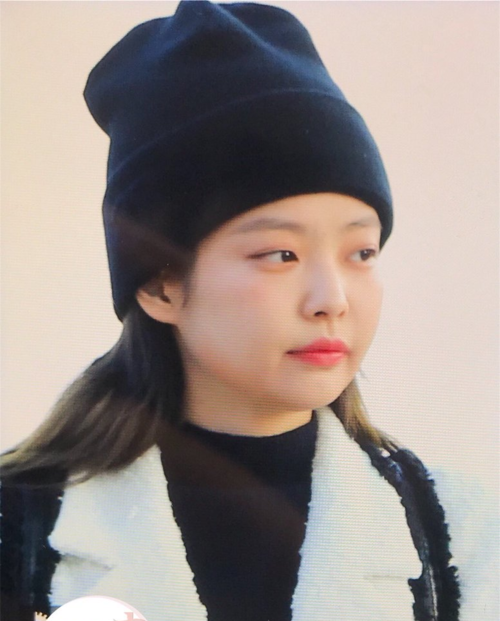Cô nàng phối đồ theo gamđen trắng, không quên kèm theo mũ beanie - phụ kiện yêu thích mỗi dịp mùa đông.