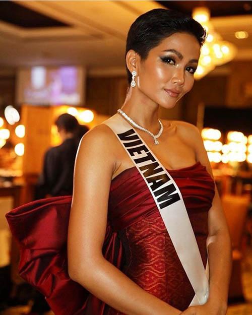 Lộ nội y không phải là sự cố hiếm gặp với các đại diện Việt Nam khi thi sắc đẹp quốc tế. Việc phải tự chuẩn bị mọi khâu trang phục mà không có ê kíp hỗ trợ, cùng với lịch trình dày đặc dễ khiến các người đẹp chưa chỉn chu nhất khi xuất hiện. Ở Miss Universe 2018, HHen Niê cũng gặp tình huống tương tự Ngân Anh.