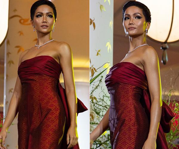 Mặc chiếc váy cúp ngực quá rộng của NTK Thái Lan, HHen Niê lộ miếng dán ngực trong lần đầu trình diễn catwalk ở cuộc thi.Với kinh nghiệm làm người mẫu lâu năm, HHen khéo léo kéo váy mỗi khi bước xuống cầu thang, giúp trang phục chỉn chu hơn trước khi tiếp tục catwalk.
