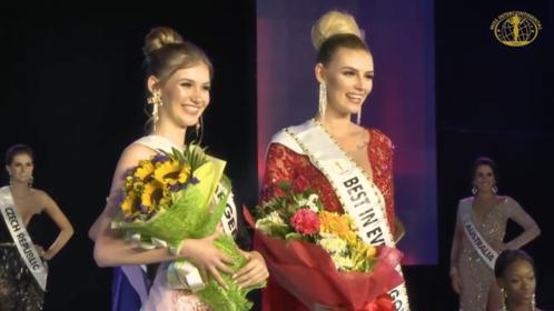 Hai người đẹp chiến thắng đêm thi Trình diễn Trang phục dạ hội.