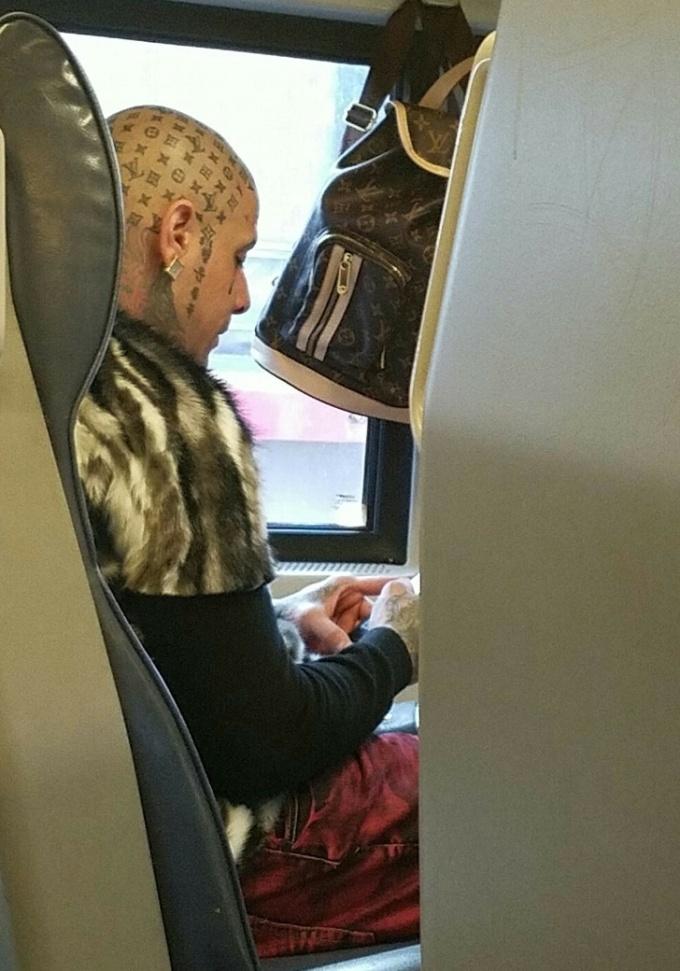 <p> Nguồn cảm hứng cho anh chàng này đến từ những chiếc túi Louis Vuitton. Tuy nhiên không phải ai cũng đủ tự tin để thực hiện hình xăm này, nhất là khi xăm chúng trên ... đầu.</p>