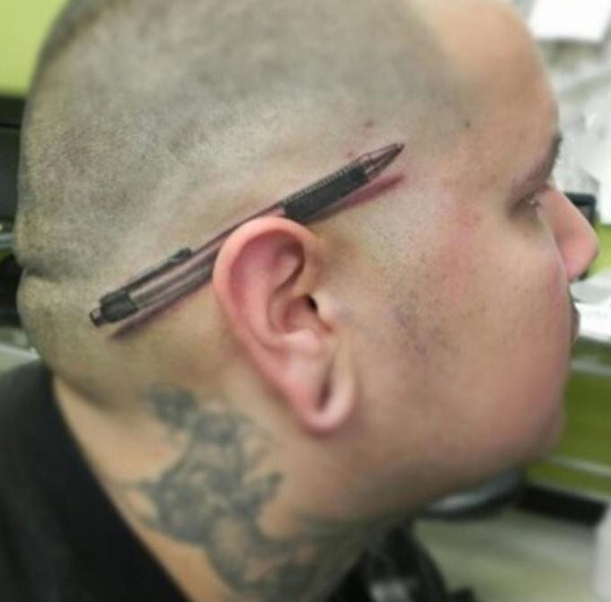 <p> Đến 90% người cho rằng anh chàng này đang cài chiếc bút sau tai, nhưng trên thực tế, tác phẩm xăm 3D này đã có cú lừa ngoại mục với người nhìn.</p>
