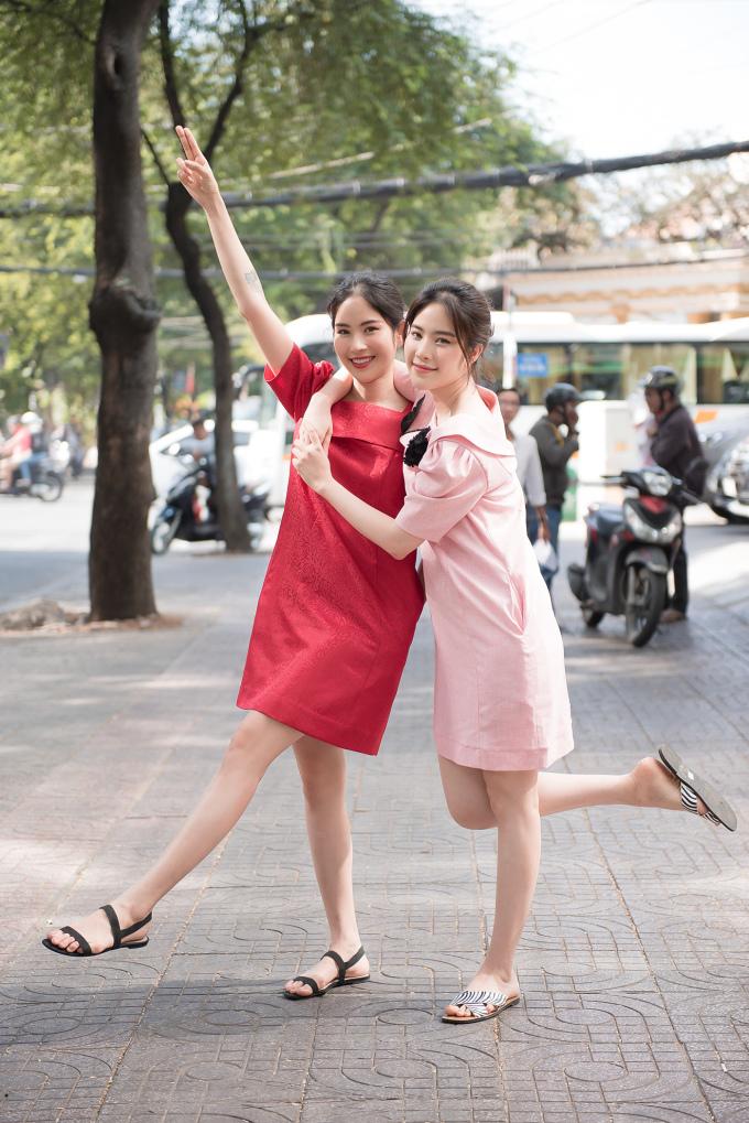 <p> Họ cùng nhau xuống phố những ngày giáp Tết với hai bộ váy nhẹ nhàng, nữ tính. Thật khó để phân biệt được giữa hai chị em vì giống nhau như hai giọt nước.</p>