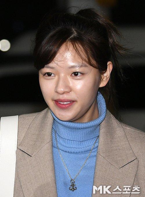 Jeong Yeon lộ mặt mộc kém sắc ở sân bay.