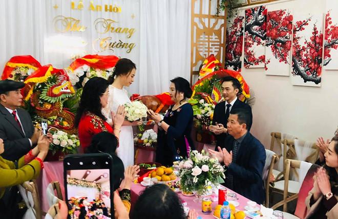 """<p> Sáng 20/1, <a href=""""https://ione.net/tin-tuc/sao/viet-nam/cuong-do-la-dam-thu-trang-la-m-le-an-ho-i-3871112.html"""">lễ ăn hỏi của Cường Đô La</a> và Đàm Thu Trang được tổ chức tại quê nhà cô dâu ở Lạng Sơn. Đám hỏi diễn ra trong không khí ấm cúng, với sự tham dự của gần 100 quan khách là gia đình, bạn bè thân thiết của cô dâu - chú rể. Mẹ Cường Đô La - bà Nguyễn Thị Như Loan - cũng có mặt tại Lạng Sơn. Trong ngày vui, bà tặng cho con dâu nhẫn cưới.</p>"""