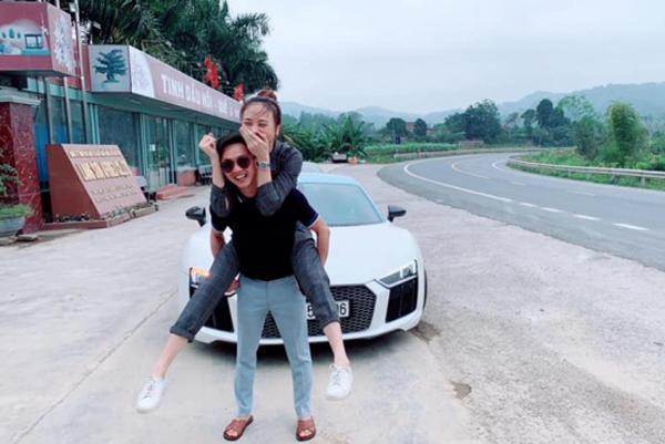 Đàm Thu Trang lấy tay che miệng nhưng không giấu được nụ cười hạnh phúc khi được bạn trai cõng trên lưng. Khoảnh khắc đời thường giản dị của cặp đôi khiến người hâm mộ không khỏi thích thú và mong họ sớm về chung nhà.