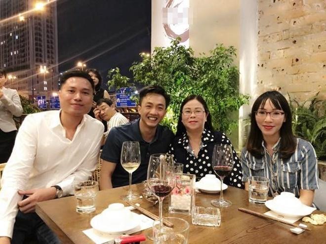 """<p> Tháng 12/2018, Cường Đô La về thăm gia đình Đàm Thu Trang ở Lạng Sơn. Gia đình hai bên cũng gặp gỡ nhau khi mẹ Thu Trang có mặt tại TP HCM. Trên mạng xã hội, cặp đôi không ngại xưng hô nhau là """"vợ - chồng"""".</p>"""