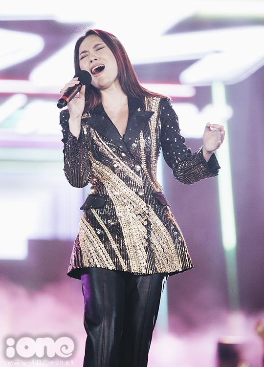 <p> Nữ ca sĩ làm nóng không khí với <em>Người hãy quên em đi</em>. Cô cũng biểu diễn bản hit từ phim <em>Chị trợ lý của anh</em> là <em>Nơi mình dừng chân</em>, đáp ứng mong ngóng của khán giả.</p>