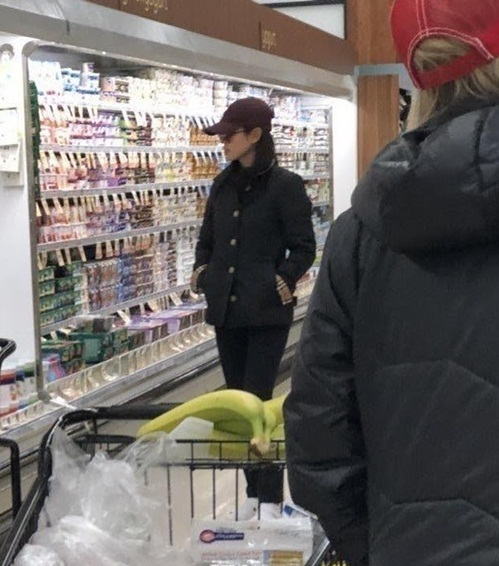 & và Son Ye Jin bị bắt gặp cùng đi siêu thị tại nước ngoài.