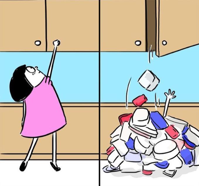 <p> Quần áo, giầy dép ngày càng nhiều khiến con gái luôn cố gắng nhồi nhét vào chỗ nào đó. Những hãy cẩn thận, chúng có thể rơi ra ở bất kỳ đâu.</p>