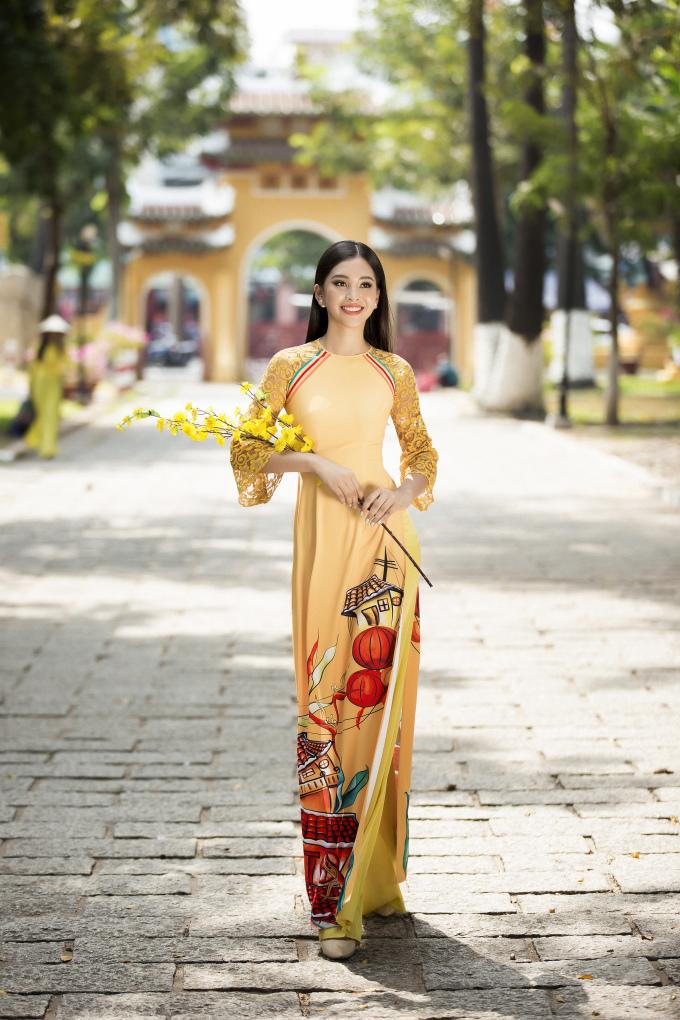 <p> Tiểu Vy chia sẻ, khi được khoác lên chiếc áo dài ý nghĩa như thế cô càng cảm thấy tự hào, yêu quê hương Hội An của mình hơn.</p>