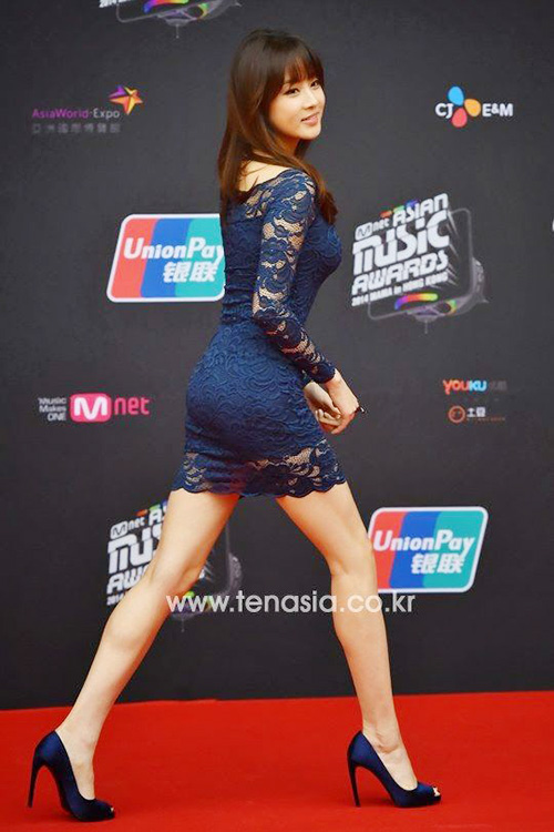 Kang Sora được coi là biểu tưởng giảm cân của Hàn Quốc. Từ một nữ diễn viên mũm mĩm, nữ diễn viên có chế độ ăn kiêng, tập luyện nghiêm ngặt để có hình thể đáng ngưỡng mộ. Kang Sora luôn là tâm điểm trên thảm đỏ nhờ hình thể chuẩn, trang phục quyến rũ mà không hề phản cảm.