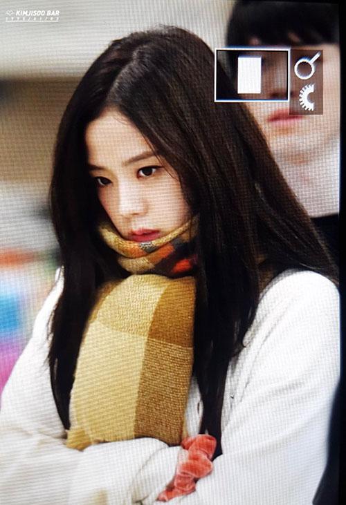 Jennie diện đồ khó hiểu, Twice có style chất lừ ở sân bay - 2