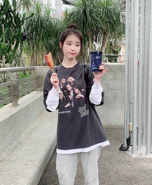 IU giản dị đi chơi ở Singapore, hồn nhiên ăn vặt với biểu cảm hài hước.