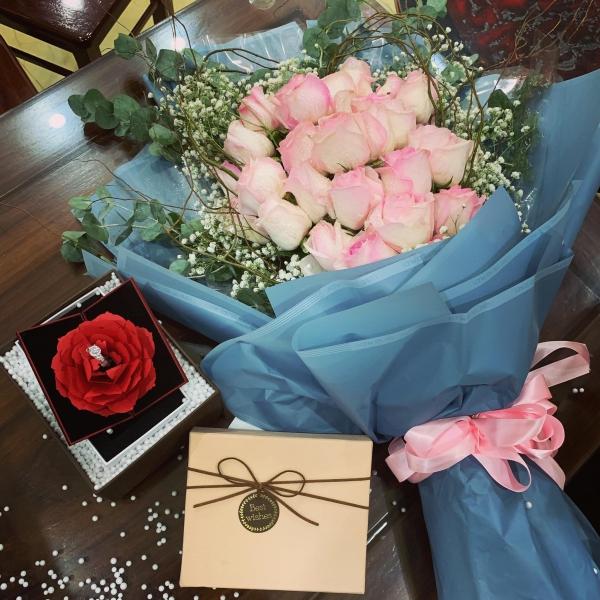 Quế Ngọc Hải nhờ người quen tặng quà kỷ niệm ngày cưới dù ở xa khiến vợ xúc động.