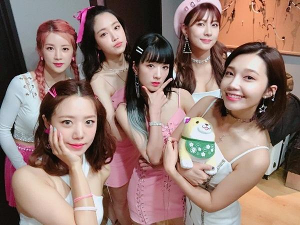 Các cô gái Apink khoe dáng đẹp trong trang phục diễn mát mẻ. Em út Ha Young (đội mũ) gây chú ý với vòng một nảy nở.