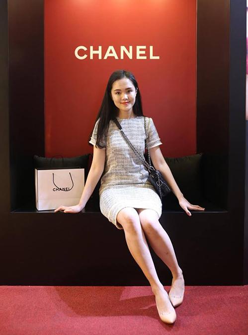 Sinh ra trong gia đình khá giả nên Quỳnh Anh không ngại đầu tư số tiền lớn cho sở thích mua sắm. Hình ảnh cô nàng thường xuyên gắn liền với những trang phục sang trọng, bộ sưu tập túi hiệu đến từ nhiều thương hiệu cao cấp.