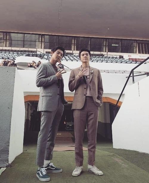Hai anh chàng cao kều Chan Yeol và Se Hun diện vest khoe dáng chuẩn mẫu.