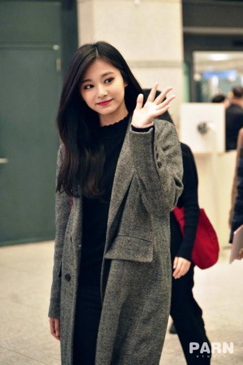 Jennie diện đồ khó hiểu, Twice có style chất lừ ở sân bay - 6