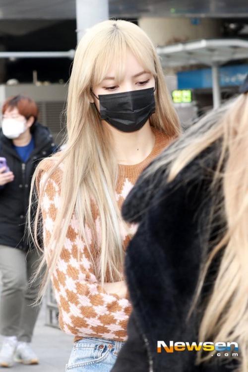 Jennie diện đồ khó hiểu, Twice có style chất lừ ở sân bay - 1