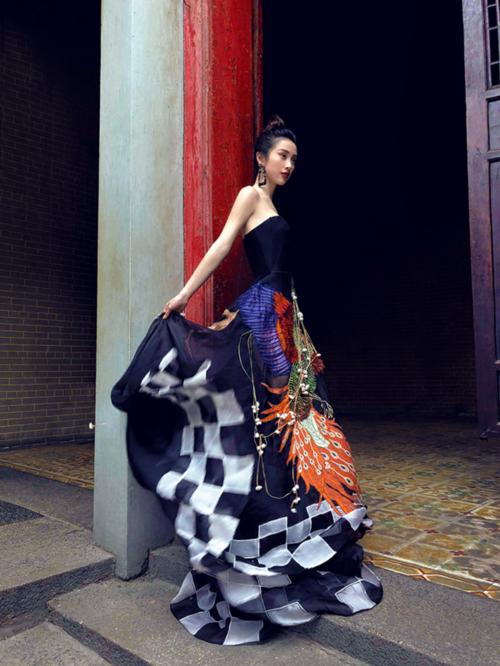 Trong bộ hình mới nhất, Jun Vũ diện thiết kế đầm quây, họa tiết chim công nằm trong BST Ville de Fleurs của NTK Trần Hùng. Thân hìnhmảnh mai, làn da trắng ngần của nữ diễn viên sinh năm 1995 được khai thác triệt để nhờ mẫu trang phục tôn dáng này.