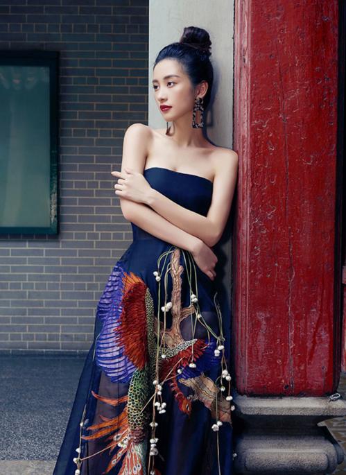 Nét đẹp đậm chất Á Đông của Jun Vũ hoàn toàn phù hợp với thiết kế này. Mẫu trang phục gợi cảm vừa đủ, không quá phô phang tạo nét thanh lịch, nền nã cho người mặc.