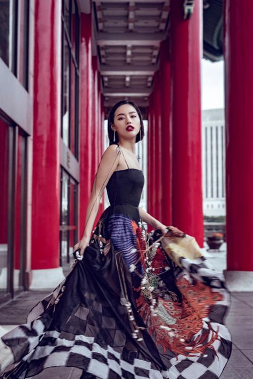 Trước đó, Khánh Linh The Face chơi sang khi mang thiết kế cầu kỳ này sang tận Đài Loan để chụp hình street style.