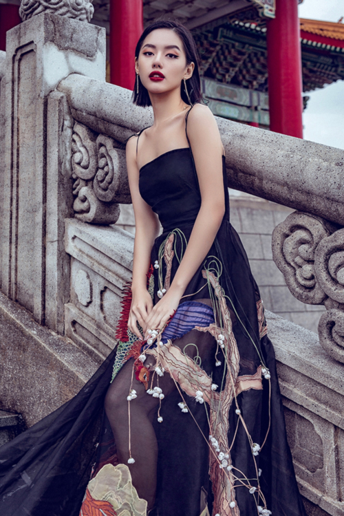 Vẻ cá tính của Khánh Linh The Face được cô nhấn nhá bằng việc mix chiếc váy này cùng phụ kiện bông tai Versace và giày Yves Saint Laurent. Cách trang điểm đậm tôn lên đường nét hài hòa trên khuôn mặt của nữ người mẫu.