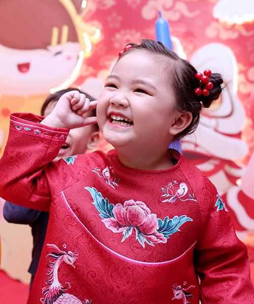 Cô bé hiện sống cùng mẹ, bà ngoại tại Hà Nội.