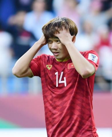 Minh Vương ôm đầu tiếc nuối sau cú sút phạt hỏng.