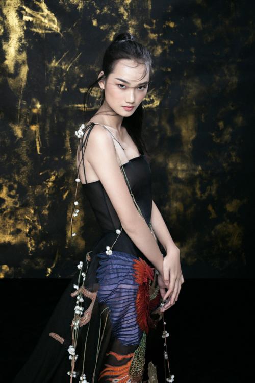 Á quân The Face Quỳnh Anh được Trần Hùng chọn làm nàng thơ, thể hiện mẫu váy nằm trong BST mới nhất của anh. Người đẹp gây ấn tượng với vẻ đẹp sắc lạnh, cá tính.