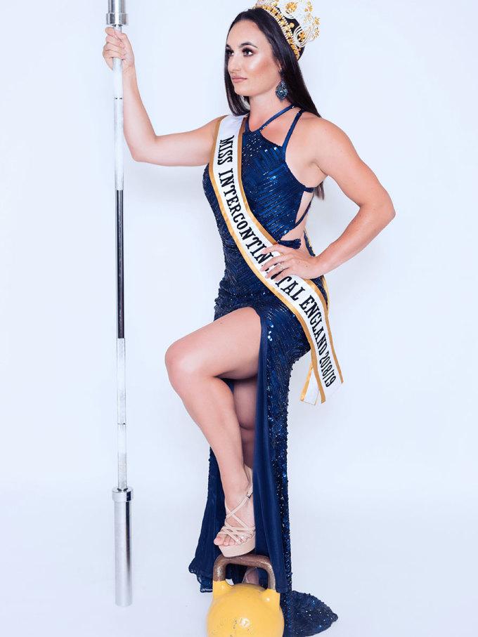 """<p> Loạt hình ảnh chính thức của <a href=""""https://ione.vnexpress.net/tin-tuc/sao/viet-nam/ngan-anh-toi-het-hon-khi-xem-anh-cua-minh-tai-miss-intercontinental-3871911.html"""">Miss Intercontinental 2018</a> được chia sẻ những ngày qua khiến công chúng thất vọng bởi phần lớn thí sinh có nhan sắc gây tranh cãi, trong đó có đại diện Anh -Sarah Davies.</p>"""