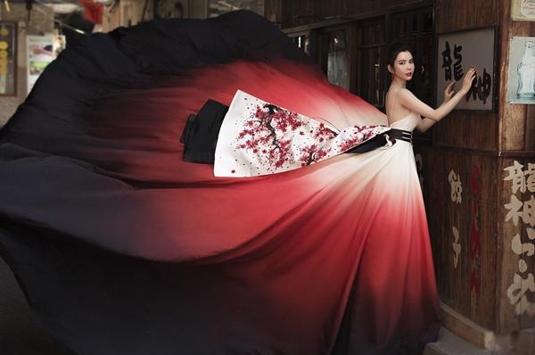 Trong một thiết kế khác, Huỳnh Vy diện chiếc váy được kết hợp với phần xòe to, sử dụng kỹ thuật vải nhuộm ombre mang lại sự sinh động cho tổng thể bộ trang phục.