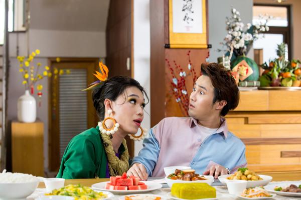 Bích Phô Quang Trung xuất hiện trong video là đại diện cho team xôi thịt trong con người Huỳnh Lập, khi anh chàng cứ lẩm bẩm bên tai Huỳnh Lập câu chuyện ăn hay không ăn.