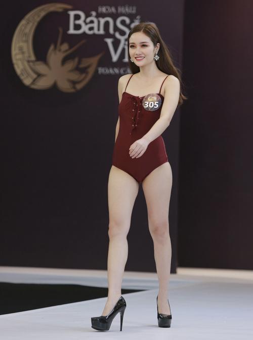 Ở vòng thi này, những bộ đồ tắm một mảnh với màu sắc, kiểu dáng đơn giản được đánh giá cao hơn cả. Thí sinh Nguyễn Thị Lan Anh có gương mặt đẹp nhưng thân hình khá nhỏ bé.